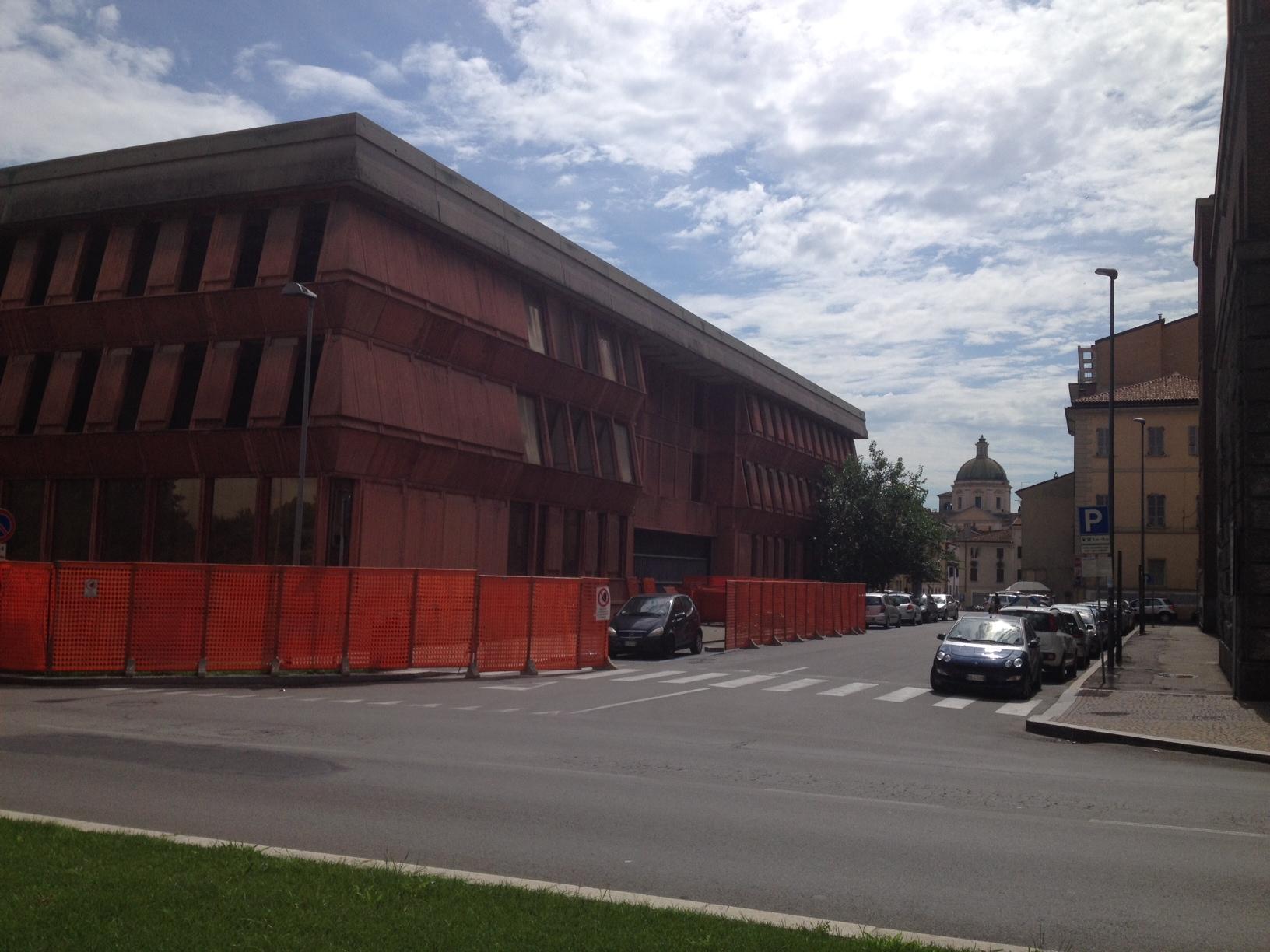Palazzo ex Enel, area transennata. Mercoledì parte la demolizione del tetto