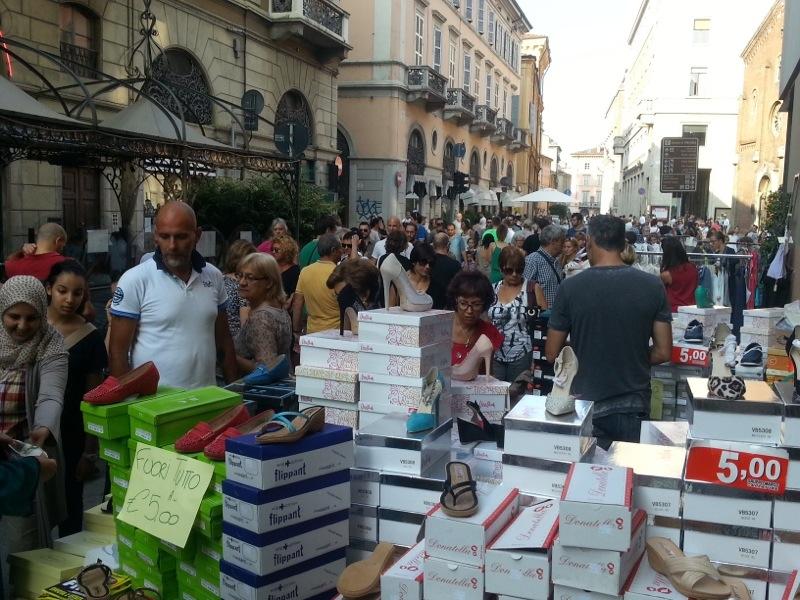 Domenica all'insegna dello shopping: dalle 9 alle 20 torna lo Sbaracco in centro e il Mercatino del riuso in via Roma