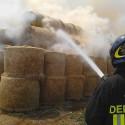 Incendio a Borgonovo, 500 rotoballe in fiamme. Pompieri al lavoro per ore