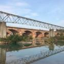 San Nicolò, tronchi contro i piloni del ponte: limitata la rimozione