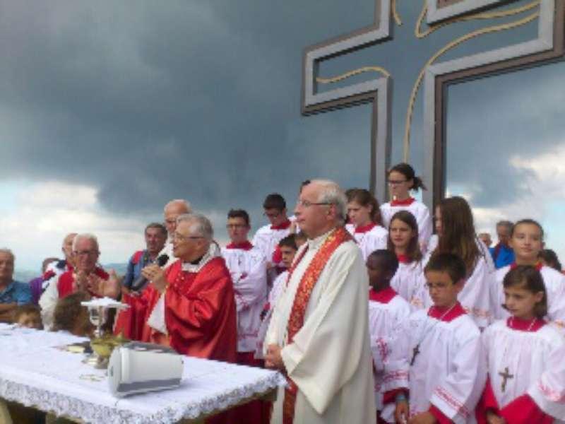 Nuova croce sul Carevolo, messa con il vescovo (2)-800