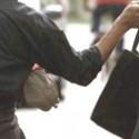 Ruba una borsa di lusso in via Cavour, inseguita in bici dalla commessa