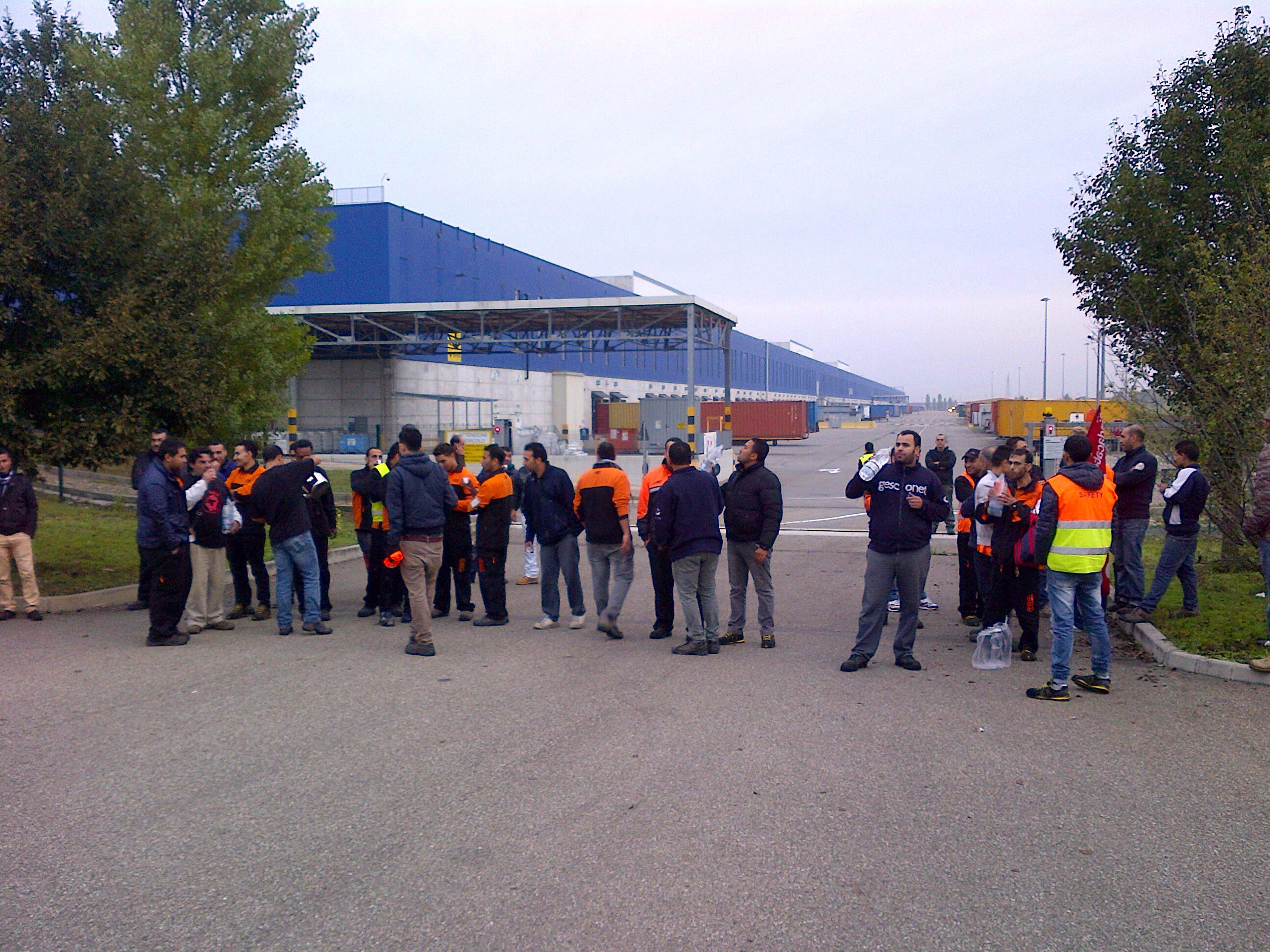 Picchetti all'esterno di Ikea per lo sciopero nazionale dei Si-Cobas