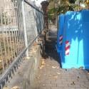 """Via Stradella, le """"campane"""" occupano il marciapiede. I residenti: """"È pericoloso"""""""