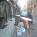 Inciviltà in via Felice Frasi, sulla strada rifiuti ingombranti di ogni tipo