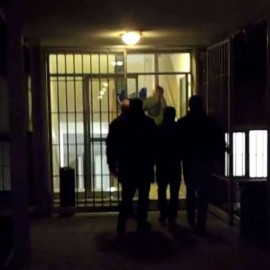 Picchia, sequestra e violenta la compagna: arrestato 43enne