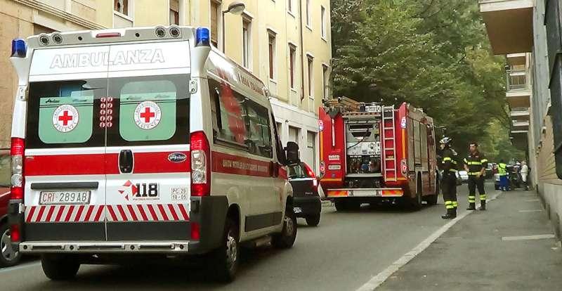 ambulanza e vigili del fuoco in citta-800