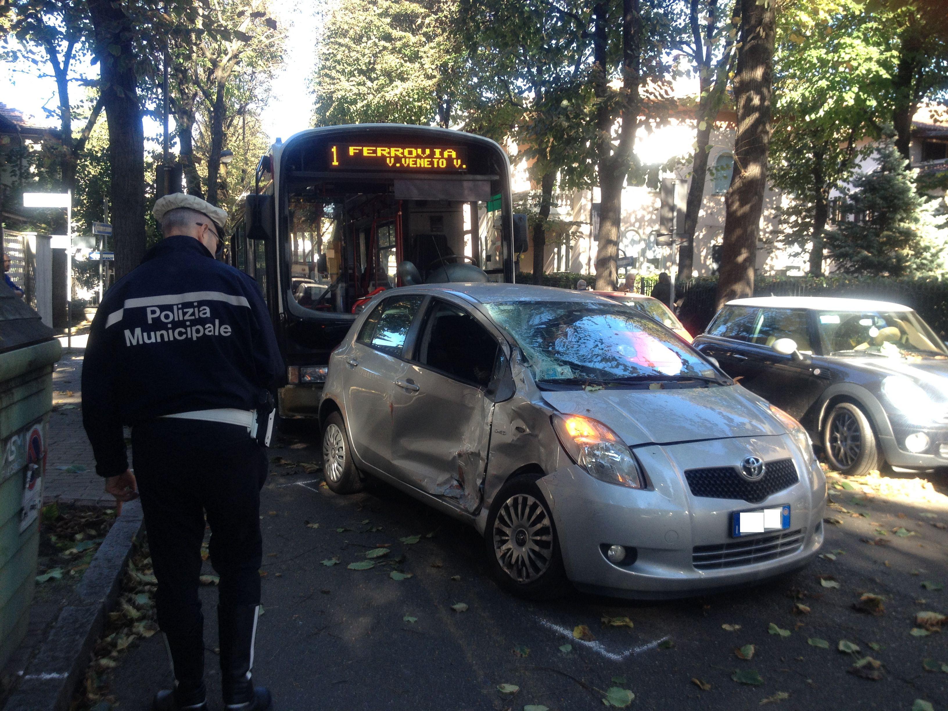 Scontro pullman e auto a un incrocio: paura tra i passeggeri