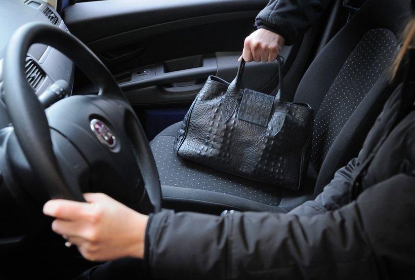 furto borsetta dall auto
