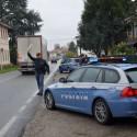 Guida contromano in via Crotti e rischia di travolgere la polizia: multato