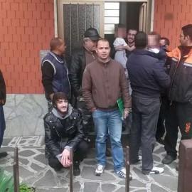Tensioni in via Boselli, muro umano contro uno sfratto