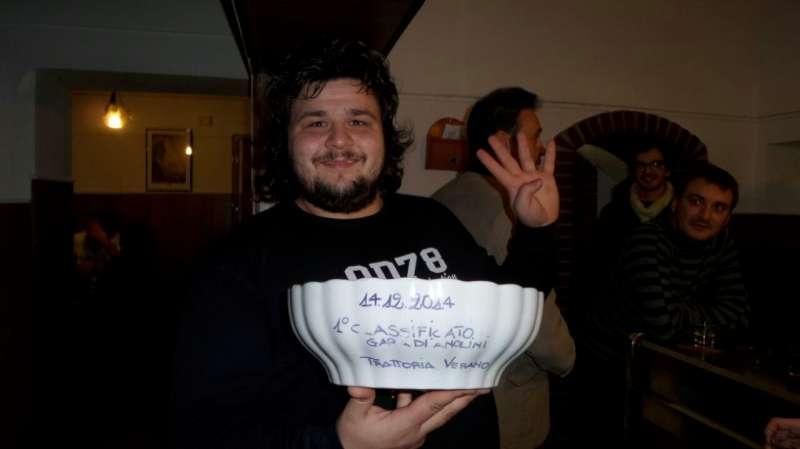 Il vincitore con la zuppiera di verano messa in palio dal ristorante (88)-800
