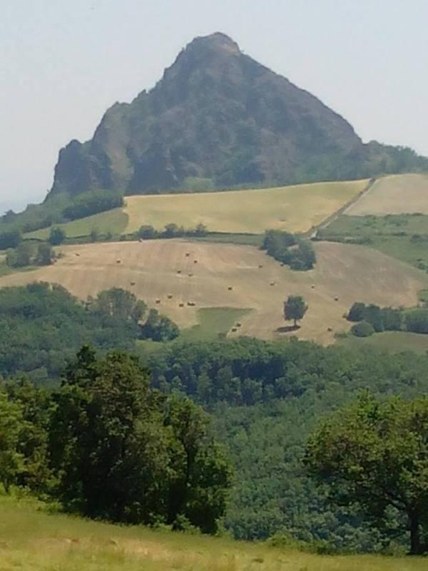 Una veduta della Pietra Parcellara dal piccolo borgo di Scarniago