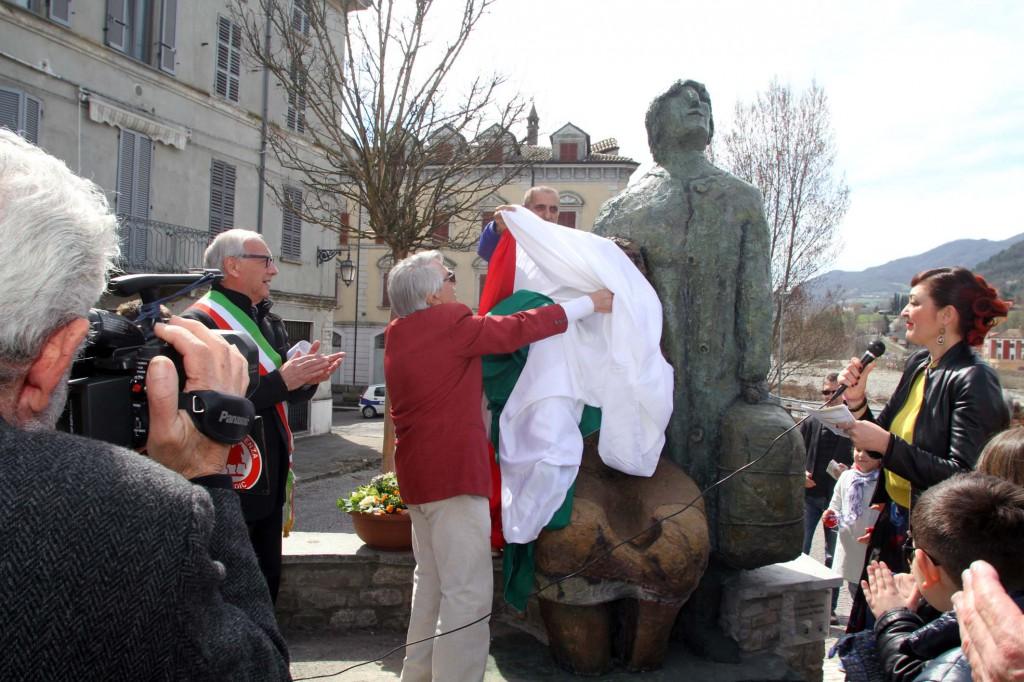 Bettola Bisagni con la sua statua