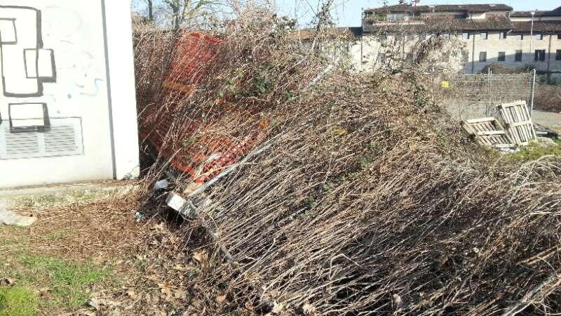 Via Tramello, la recinzione dell'ex Acna crollata