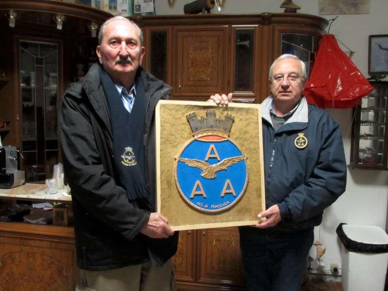 il Presidente Aiut. Alvaro PEDROCCA consegna la scultura in legno  raffigurante lo stemma Associativo eseguita dal socio Otello Pizzitelli