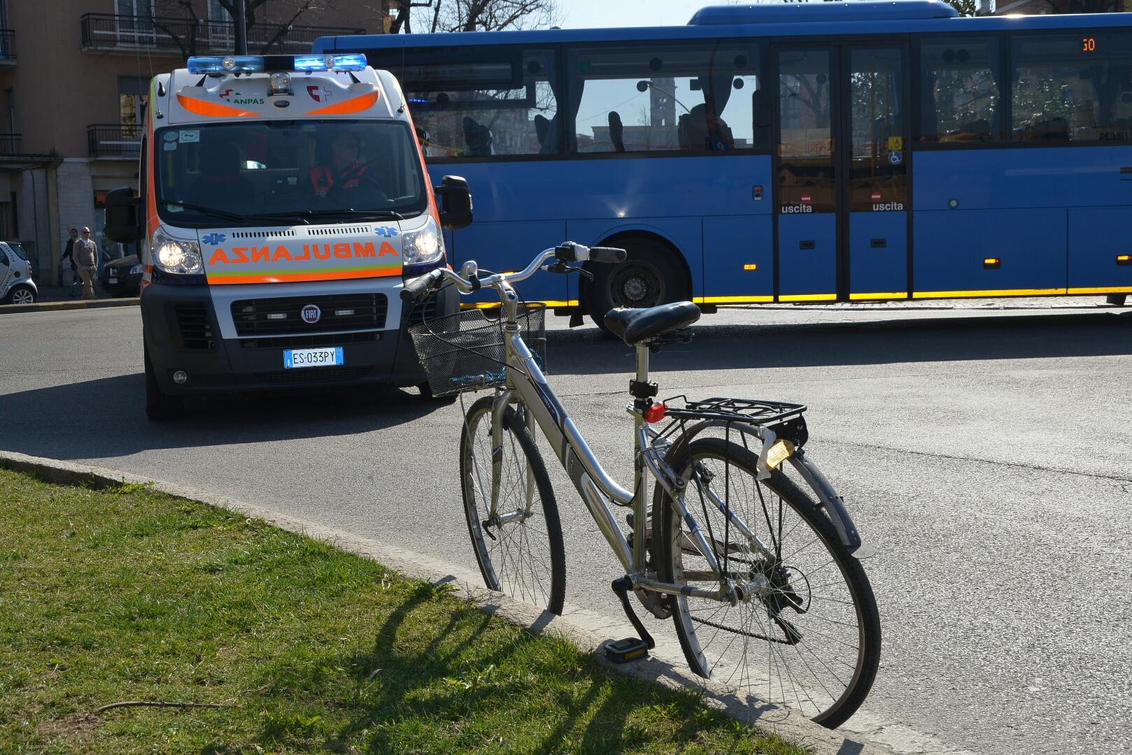 Donna investita in piazzale Libertà: era in bici, urtata da un'auto