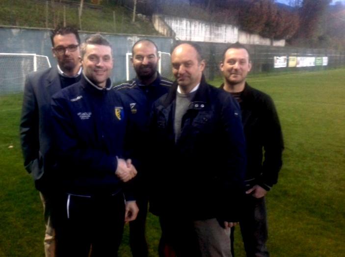 Dietro, da sinistra, il direttore sportivo Magnani, il presidente Bruzzi e il team manager Repetti. In primo piano, a sinistra Soressi con il nuovo mister Costa