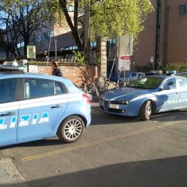 Aggredito e rapinato da 5 uomini mentre passeggia in via Alberoni