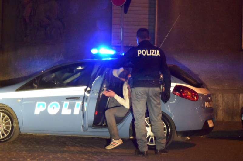 controlli polizia via Pozzo di sera (2)-800