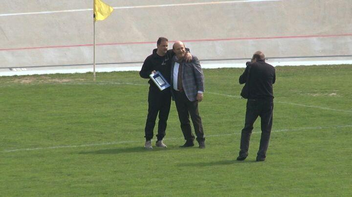 Alberto Mantelli, allenatore del Fiorenzuola, premiato dal presidente Pinalli prima della sfida alla Fortis Juventus, centesima panchina rossonera per il tecnico