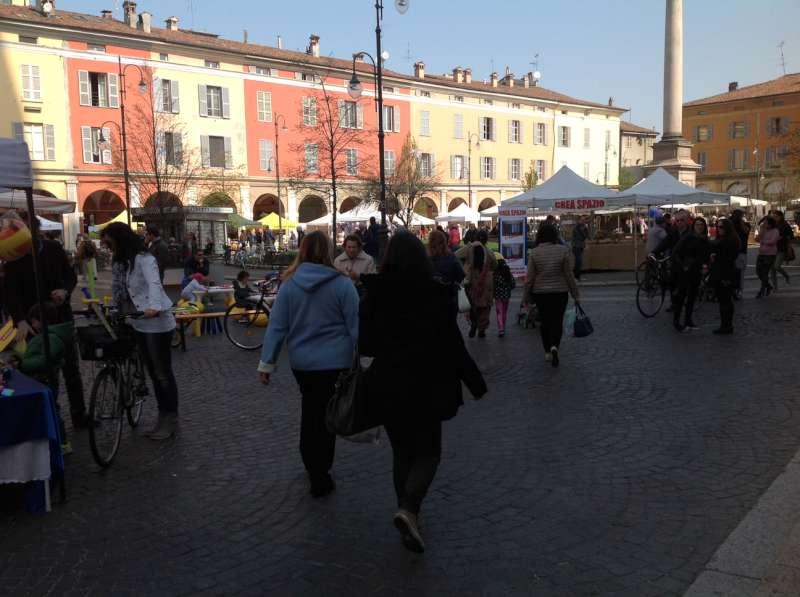 """I residenti di piazza Duomo protestano: """"Assediati da ambulanti che non rispettano regole"""""""