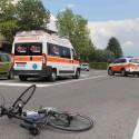 Scontro auto-bici al semaforo di Niviano: un uomo all'ospedale, condizioni serie