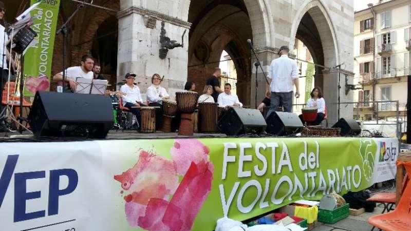 Festa del volontariato. Stand di musica e danza in Piazza Cavalli