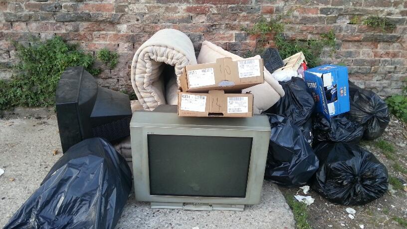 Vecchi televisori e materassi fanno da sfondo alle mura del Facsal