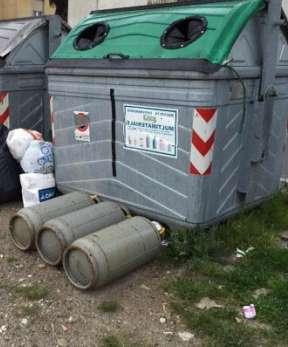 Una immagine di bombole del gas abbandonate