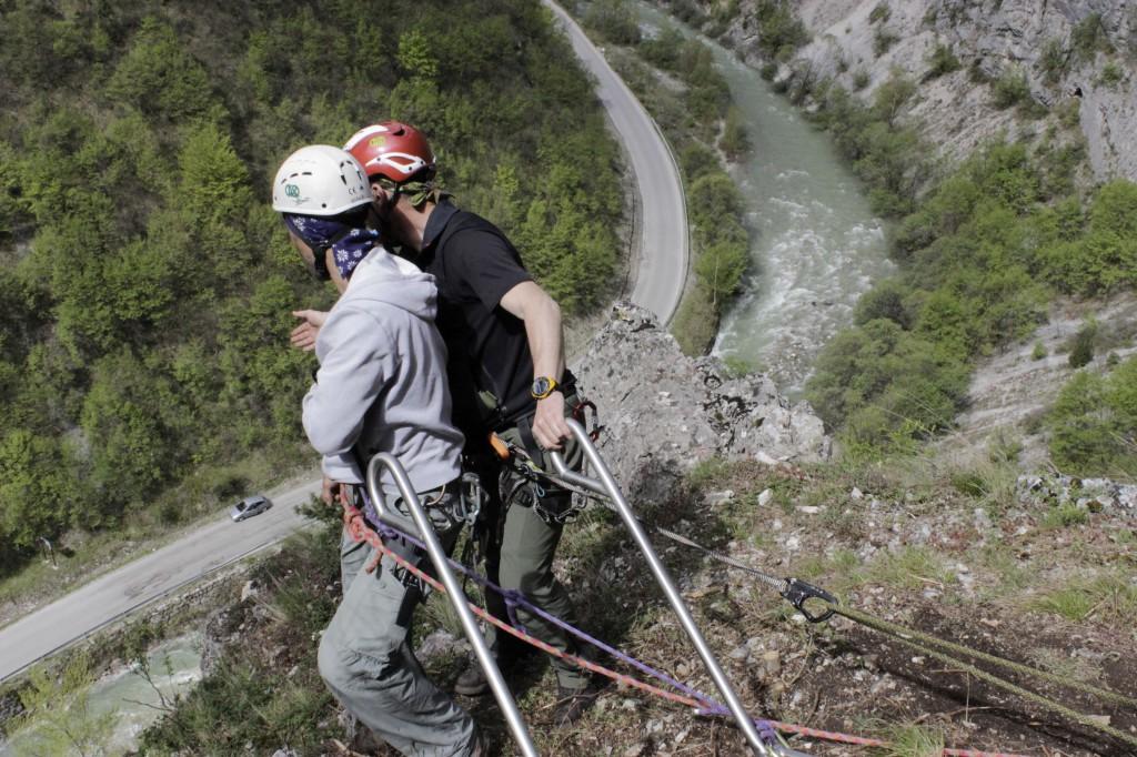 alpini in kosovo - corso di alpinismo - preparazione alla calata della barella con ferito