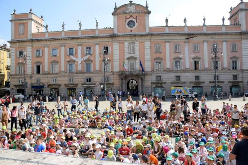 Citta sostenibile, bambini in piazza Cavalli (114)-800