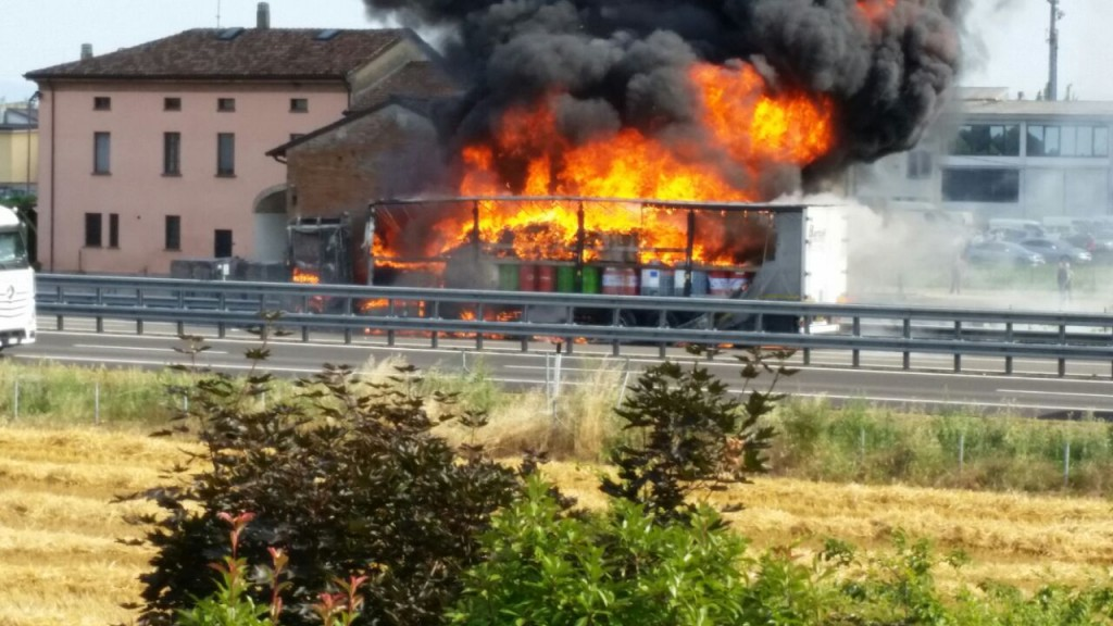camion in fiamme in A1