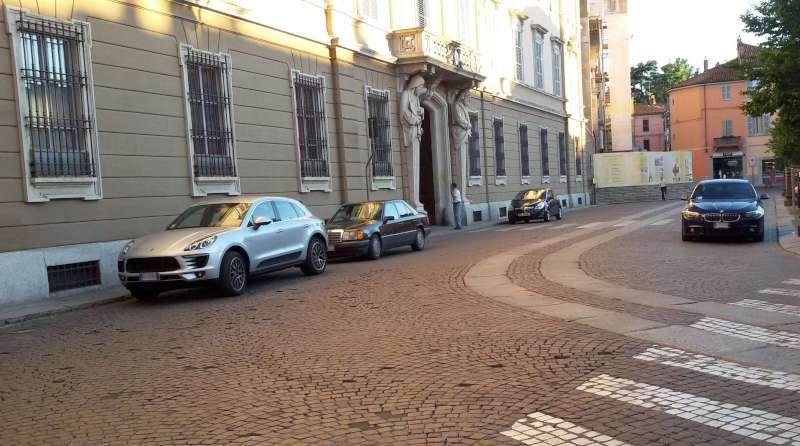 Parcheggio selvaggio in piazza Duomo (1)-800