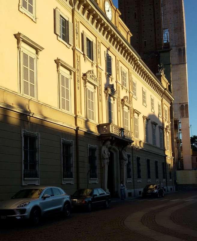 Parcheggio selvaggio in piazza Duomo (2)-800