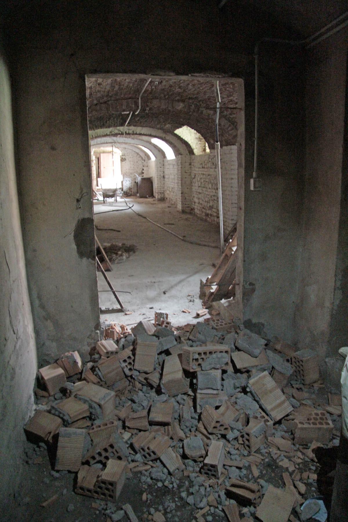 Porte sfondate con mazze e mattoni assalto all ex convento for Interno a un convento