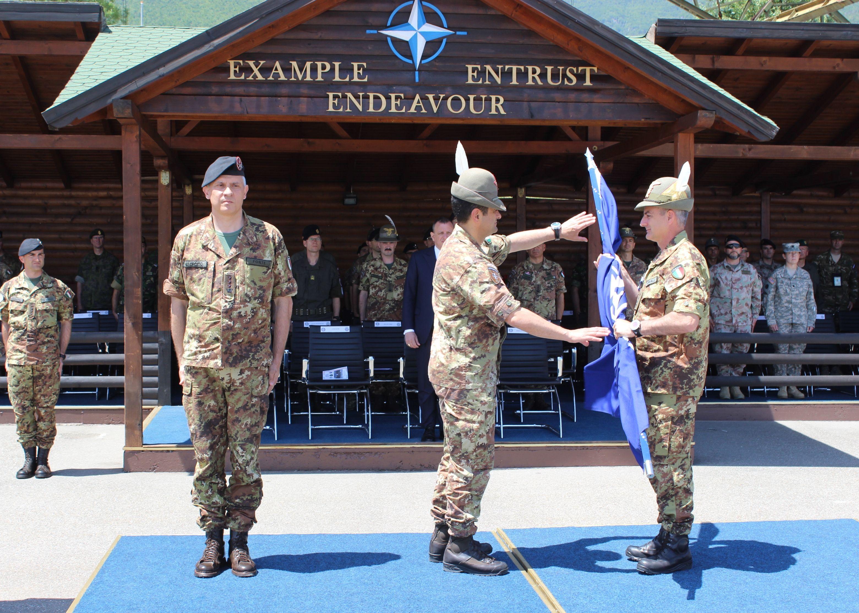 il Col. Cavalli cede la bandiera del MNBG-W al Gen. Div.  Figliuolo