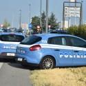 Follia sulla Caorsana: prende a bastonate i poliziotti