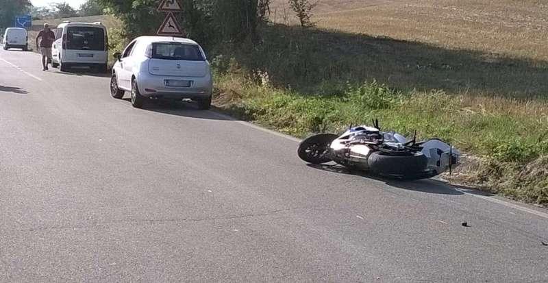Caminata, scontro tra un'auto e una moto: muore 29enne
