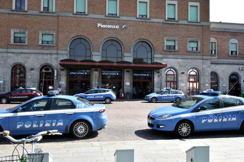 Polizia, controlli prevenzione crimine alla stazione
