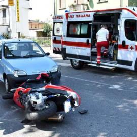 Scontro auto-scooter in via XXI Aprile, donna ferita. Traffico in tilt