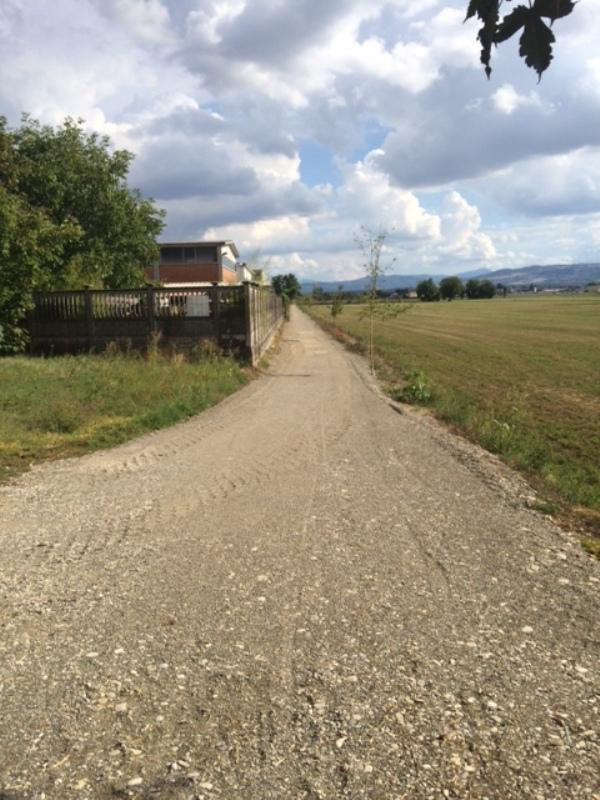 Ecco come si presenta la pista ciclabile, ora priva di asfalto, tra Gragnano e Casaliggio