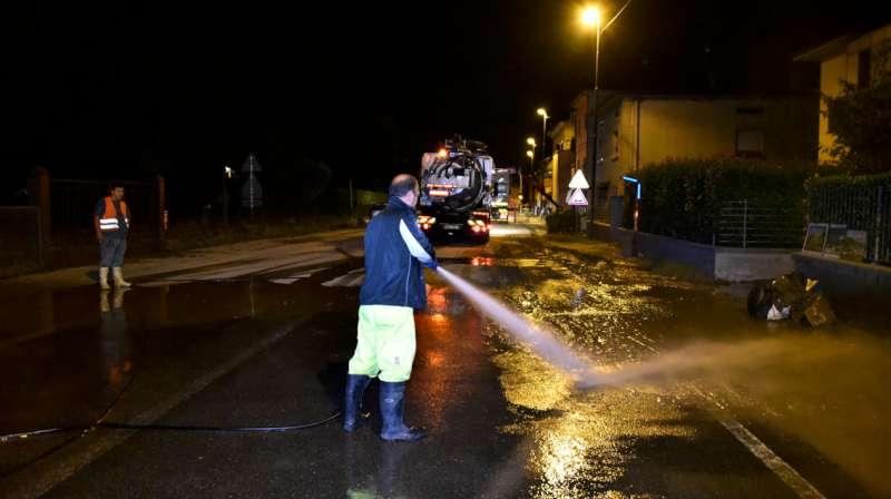 Alluvione a Roncaglia, il sopralluogo notturno del sindaco Paolo Dosi (17)-800