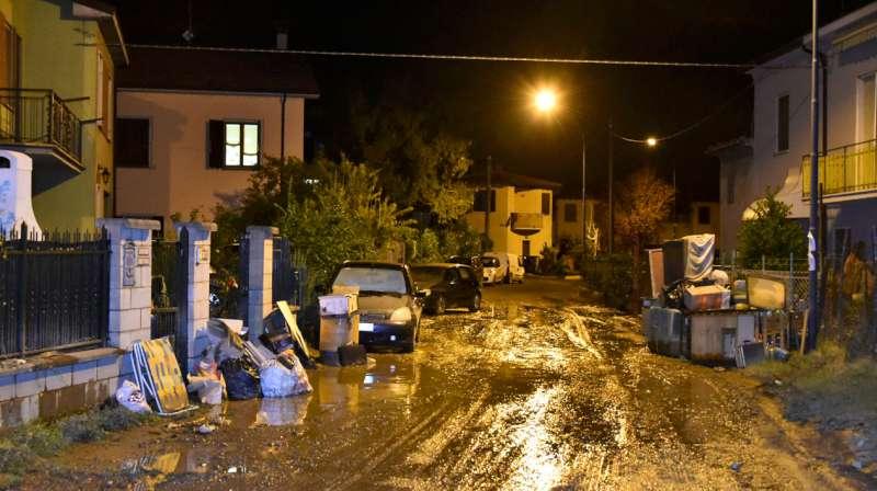 Alluvione a Roncaglia, il sopralluogo notturno del sindaco Paolo Dosi (26)-800