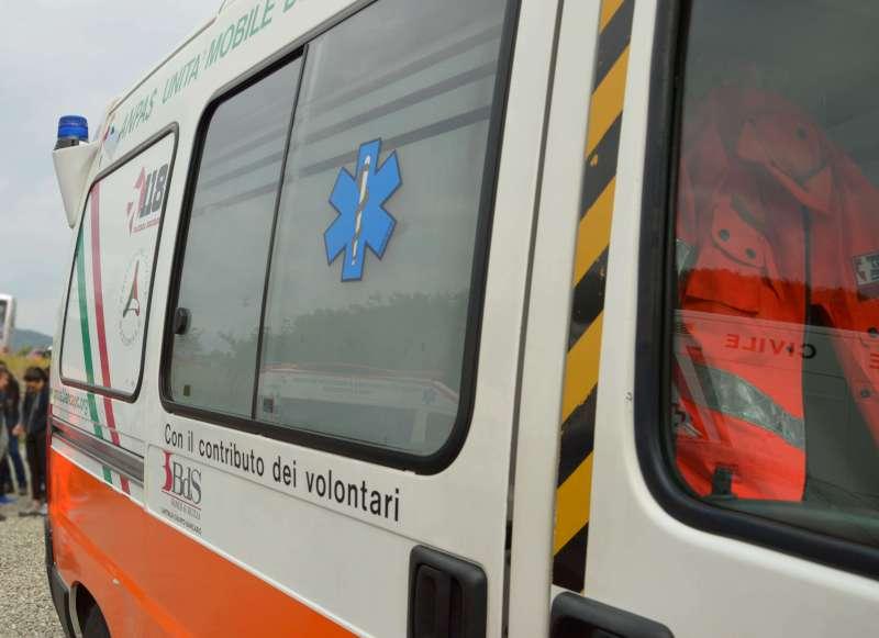 Mattinata di incidenti: urto auto-moto, 88enne investito sulle strisce
