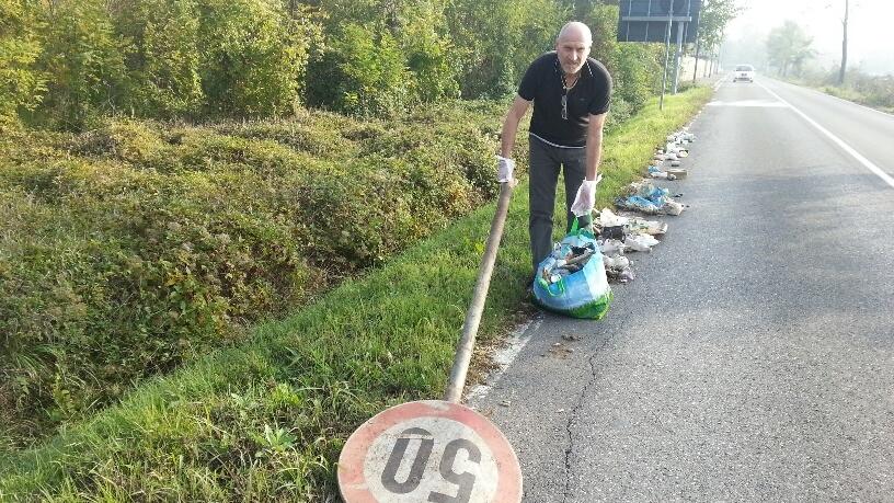 Canali pieni di rifiuti alla Besurica: pulisce il cittadino Renato Tassi