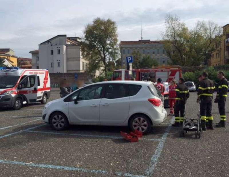 Bambina di 6 mesi resta chiusa in auto: attimi di paura in un parcheggio