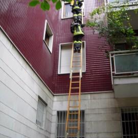 Via Campesio, incendio in casa: i pompieri salvano una donna