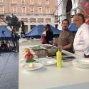 Gnocchetti e anolini per esaltare il pomodoro: chef ai fornelli in piazza