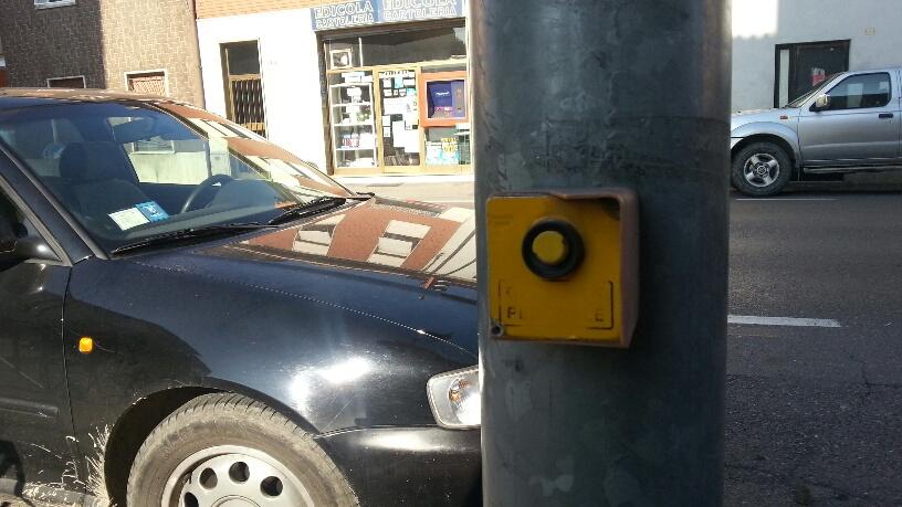 """Sant'Antonio, semaforo rotto sulla via Emilia: """"Paura per i pedoni"""""""